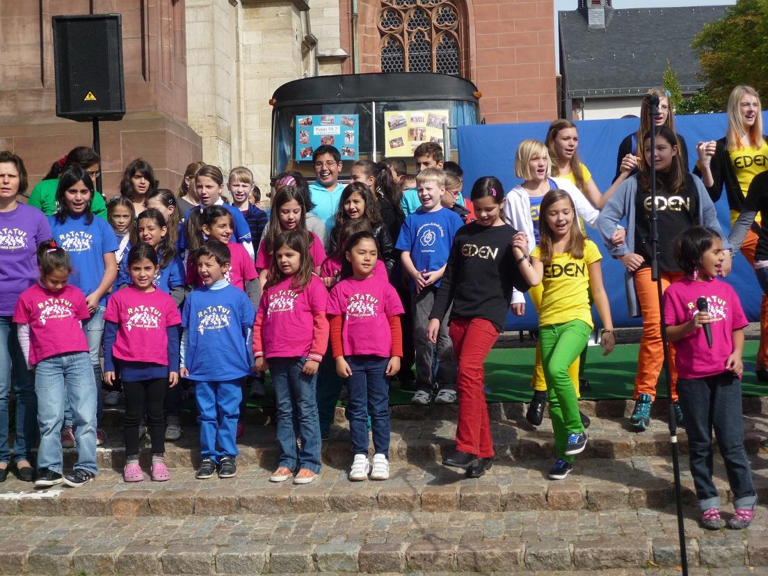 """Foto: privat BU: Der Girmeser Kinderchor """"Ra-a-Tui"""" will die Gäste des Domplatzes in Wetzlar zum Mitsingen bewegen. Dass die Kinder mitreisend singen können, dass haben sie bereits am Weltkindertag im vergangenen Jahr bewiesen, wie unser Foto aufzeigt."""